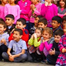 les enfants toujours tellement ravi de voir un spectacle